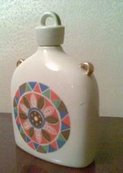 Фарфоровая фляжка с плотной пробкой и декоративной пробкой